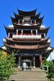 Temples de la Chine sur le ciel et un moine Image stock