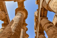 Templet av Amon-beträffande på Karnak arkivbild