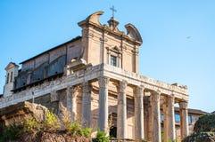 Templet av Antoninus och Faustina är en forntida romersk tempel i forum som anpassas som ett romerskt - katolska kyrkan, Chiesa d royaltyfri bild