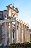 Templet av Antoninus och Faustina är en forntida romersk tempel i forum som anpassas som ett romerskt - katolska kyrkan, Chiesa d fotografering för bildbyråer