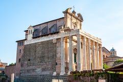 Templet av Antoninus och Faustina är en forntida romersk tempel i forum som anpassas som ett romerskt - katolska kyrkan, Chiesa d arkivbild
