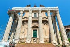 Templet av Antoninus och Faustina i Roman Forum, Rome Arkivbilder