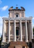 Templet av Antoninus och Faustina i rome, Italien arkivfoton