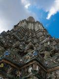 Templet av Dawn Wat Arun och blå himmel i Bangkok, Thailand Royaltyfria Bilder