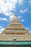 Templet av Dawn Wat Arun och en härlig blå himmel Fotografering för Bildbyråer