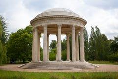 Templet av förälskelse i trädgårdarna av Trianon Arkivfoto