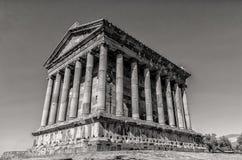 Templet av Garni i Armenien sköt i svartvitt fotografering för bildbyråer
