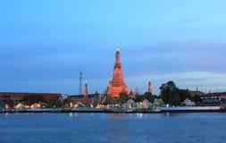 Templet av gryning, Wat Arun, på den Chao Phraya floden och en härlig blå himmel i Bangkok, Thailand Arkivbild