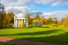 Templet av kamratskap i höst i Pavlovsky parkerar, Pavlovsk, St Petersburg, Ryssland fotografering för bildbyråer