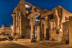Templet av Kom Ombo har att besöka turister på natten arkivfoto
