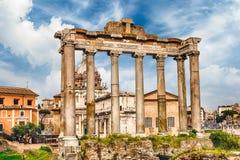 Templet av Saturn fördärvar i Roman Forum, Rome, Italien arkivfoto