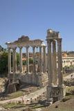 Templet av Saturn och templet av Vespasian på Roman Forum som ses från Kapitolium, den forntida romaren, fördärvar, Rome, Italien royaltyfria bilder