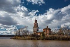 Templet byggdes på bankerna av floden Royaltyfri Bild