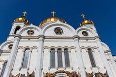 Templet, en vit vägg med kupoler mot den blåa himlen domkyrkan christ moscow parts frälsare royaltyfria foton