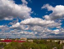Templet för kupolen för skolan för staden för blått för himmel för moln för landskapstadsbyggnad inhyser den päls- industriella h royaltyfri fotografi