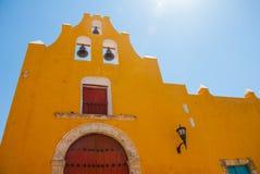 Templet med klockor Gul kyrka- och koloniinvånarearkitektur i San Francisco de Campeche , Mexico royaltyfria foton