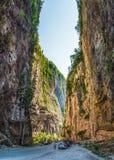 Templet nya Athos med anmärkningsvärda grottor Arkivbild
