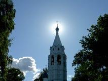 Templet på det Tugovy berget på åtta klockan i morgonen och solen bak en kupol av kyrkan Arkivfoton
