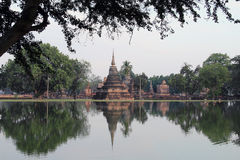 Templet reflekterad på vatten, Thailand Fotografering för Bildbyråer