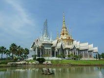 Templo al aire libre debajo y construcción de la charca Foto de archivo libre de regalías
