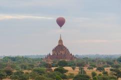 Templo antigo com o balão de ar quente em Bagan (pagão) Fotos de Stock Royalty Free