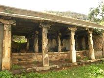 Templo antigo da caverna com as colunas ornamentado no auge da montanha Imagem de Stock Royalty Free