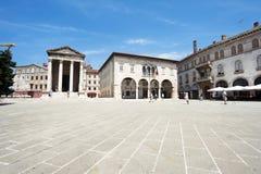 Templo antigo de Augustus e de câmara municipal nos Pula, Croácia Fotos de Stock Royalty Free