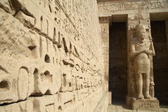 Templo antigo de Medinet Habu Egipto imagens de stock