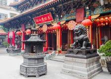Templo antigo do Taoist dos telhados dos edifícios modernos Foto de Stock Royalty Free