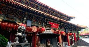 Templo antigo do Taoist dos telhados dos edif?cios modernos imagens de stock royalty free