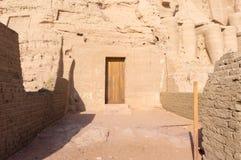 Templo antigo egípcio uma porta fotografia de stock royalty free