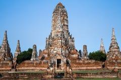 Templo antigo em Tailândia no fundo do céu azul Imagens de Stock Royalty Free