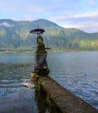 Templo antiguo con el lago Bratan Imagenes de archivo