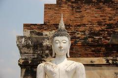 Templo antiguo con un Buda blanco y las paredes de ladrillos fotografía de archivo