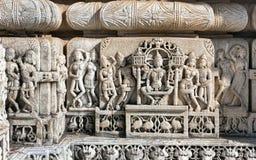 Templo antiguo de Sun en Ranakpur. Talla Jain del templo. Foto de archivo