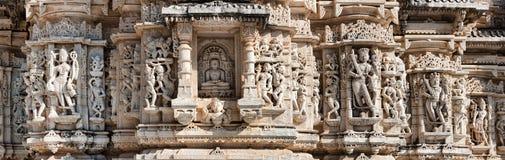 Templo antiguo de Sun en Ranakpur. Talla Jain del templo. Foto de archivo libre de regalías