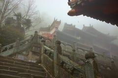 Templo antiguo del kungfu de China por mañana de niebla fotografía de archivo