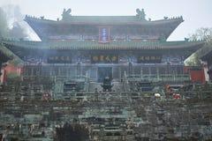 Templo antiguo del kungfu en la montaña de Wudangshan en la niebla foto de archivo