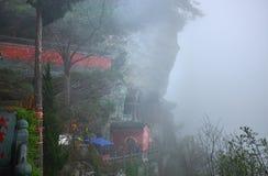 Templo antiguo del kungfu en una pared de la montaña imagen de archivo libre de regalías