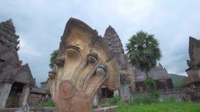 Templo antiguo y escultura de una cobra con 5 cabezas metrajes