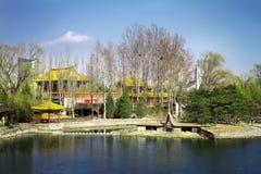 Templo ao longo de um lago no moderno Imagem de Stock