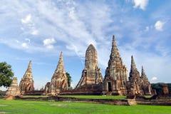 Templo arruinado velho do pagode de buddha com o céu branco nebuloso em Ayuthaya Tailândia Fotos de Stock