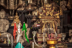 Templo asiático con el altar de oro y velas ardientes en cultura asiática Fotografía de archivo