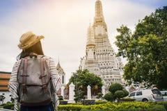 Templo asiático de Wat Arun del viaje del backpacker de las mujeres fotografía de archivo libre de regalías