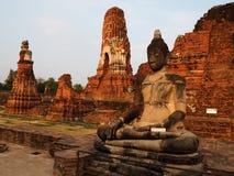 Templo assentado da Buda e do Wat Mahathat em Ayutthaya fotografia de stock