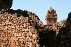 Templo atrás da parede de pedra Imagens de Stock Royalty Free