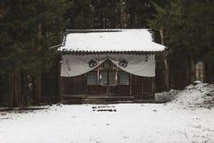Templo ausente escondido da montanha nas montanhas cobertas na neve em torno de Yudanaka, Japão imagens de stock