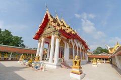 Templo bajo luz del sol con el cielo claro Foto de archivo