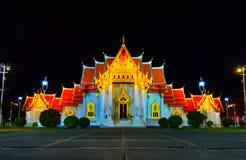 Templo Benchamabophit em Banguecoque Tailândia na obscuridade da noite foto de stock royalty free