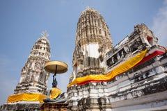 Templo blanco con la estatua de Buda Foto de archivo